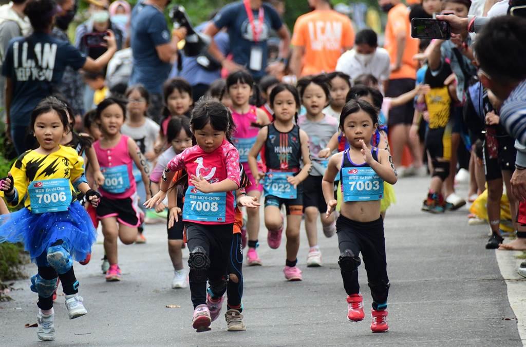 CHALLENGE TAIWAN國際鐵人三項,25日進行小鐵人比賽,選手們使出吃奶的力量向前衝。(莊哲權攝)