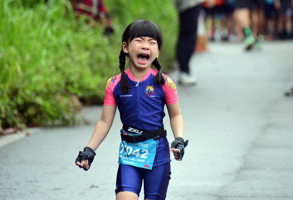 CHALLENGE TAIWAN國際鐵人三項,25日進行小鐵人比賽,賽程中有小選手嚎啕大哭。(莊哲權攝)