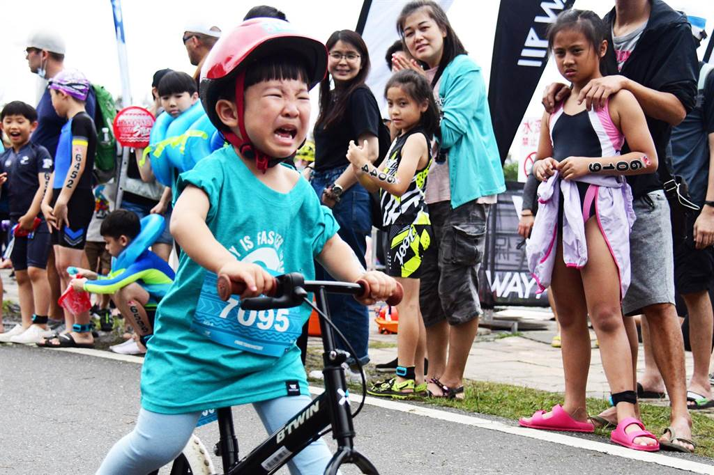 HALLENGE TAIWAN國際鐵人三項,25日進行小鐵人比賽,賽程中有小選手嚎啕大哭。(莊哲權攝)