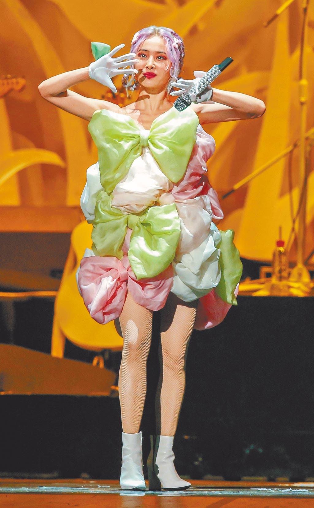 蔡依林昨穿粉色系服裝,笑稱是婚禮歌手。(粘耿豪攝)