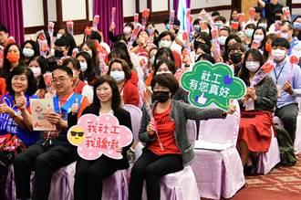 從家庭主婦到董事長 李艷菁獲社工人員特殊貢獻獎