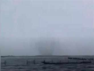 水龍捲現身七股潟湖近海 狂吸海水衝天際 遊客驚呼奇觀