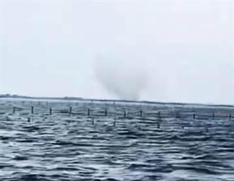 七股潟湖外海出現水龍捲  遊客爭拍