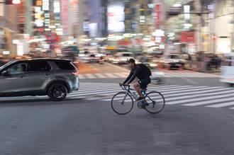 半夜騎腳踏車 陌生大叔猛喊「別跑」 男大生得知真相超感動
