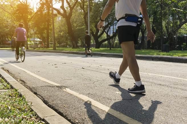 適當的運動、適量日照都能幫助提升體力。(示意圖/Shutterstock)