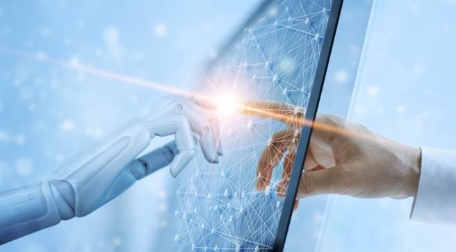 成大老人醫院導入大數據資料庫、醫療雲等智慧醫療模組,掛號看1個醫生可以問診5種病。(示意圖/Shutterstock)