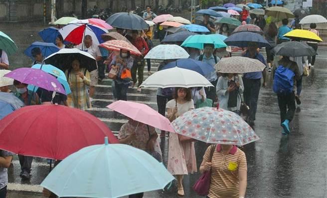 今起2天華南雲雨區通過台灣,全台有雨,周三鋒面接近,周四受鋒面影響,中部以北雨勢更大。(資料照)