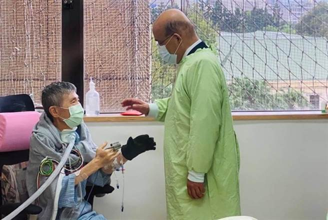 蔡啟芳去年7月進行肺臟移植手術,去年12月因感冒回到醫院治療,行政院長蘇貞昌前去探視。(資料照/摘自蔡易餘臉書)
