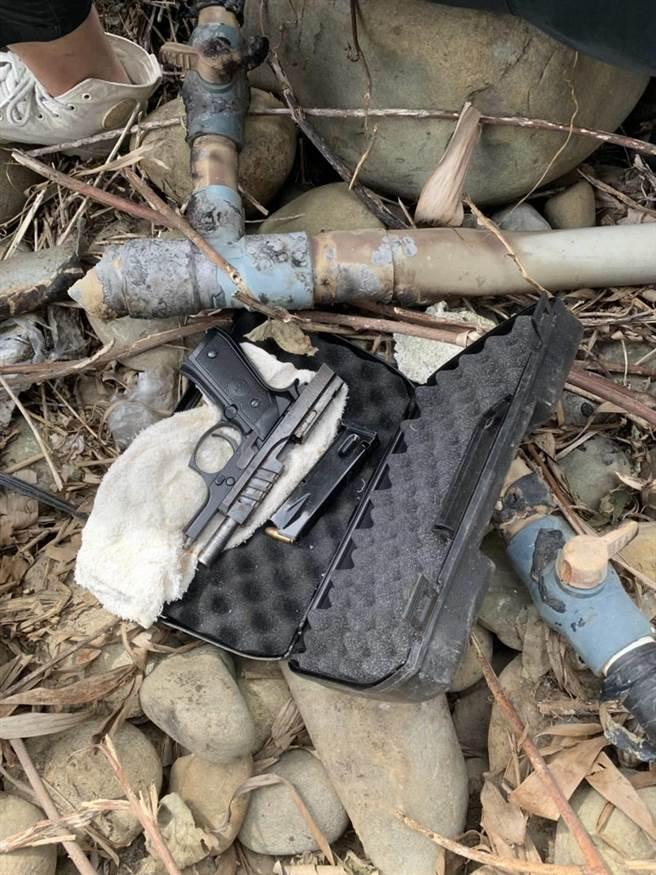 警方懷疑林嫌還有暗藏槍枝,經不斷勸說後,林嫌才坦承屋外香蕉樹下還有埋藏1把改造手槍、槍管已通。(翻攝畫面)