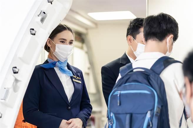 登機時總會有空服員在門口熱情迎接,其實他們也趁此機會觀察乘客的穿著打扮,並推測乘客的職業。(示意圖/達志影像)