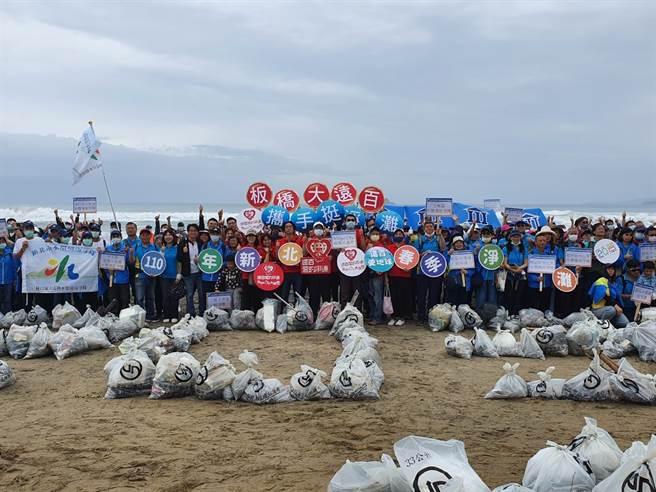 新北市環保局上午在萬里翡翠灣海水域場舉辦「110年度新北市春季聯合淨灘活動」。  新北市政府提供