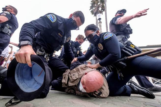 美國前白人警官蕭文(Derek Chauvin)20日才因壓頸釀佛洛伊德喪命被判謀殺等重罪,24小時內,全美各地再接連發生6起警察殺人案。圖為加州警方逮捕「黑人的命也是命」抗議人士的資料照。(資料照/路透社)
