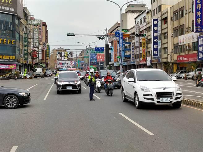 爛泥占據整個外線車道,車輛回堵,警方獲報抵達現場協助交通管制。(吳建輝攝)