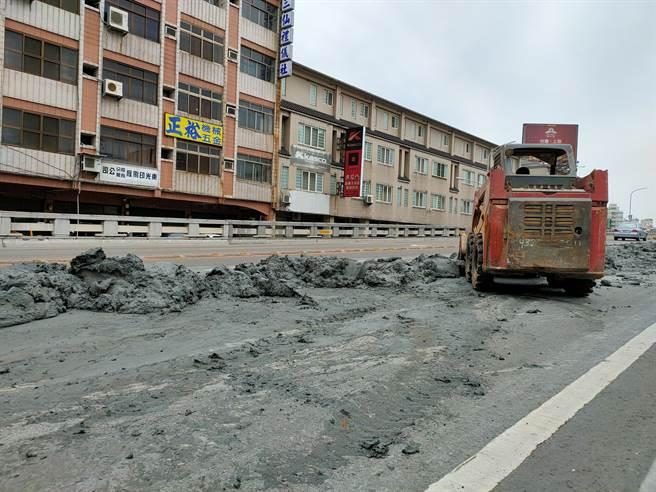 工程人員表示,廢土是從附近工程挖掘地下室所挖掘。(吳建輝攝)