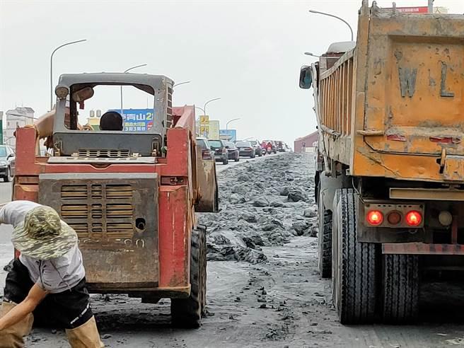 以一車可載運30公噸砂石來說,現場掉落至少超過半台砂石車以上,15公噸。(吳建輝攝)