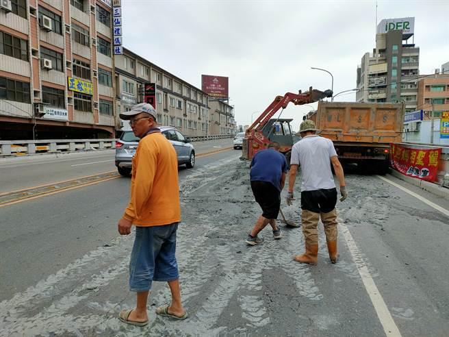 工程人員急忙從工地到事發現場幫忙處裡淤泥。(吳建輝攝)