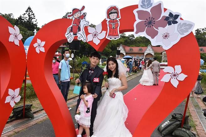 苗栗縣警局警官林東東毅與妻子郭庭宇參加這場桐花婚禮。(謝明俊攝)