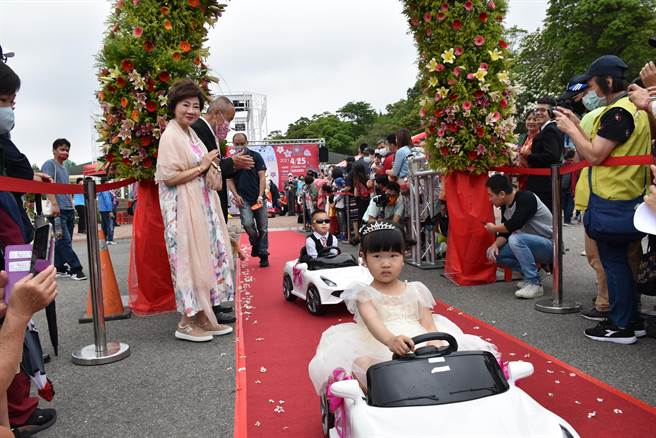 今年參加婚禮的花童中,有4位是桐花婚禮見證下誕生的小朋友。(謝明俊攝)