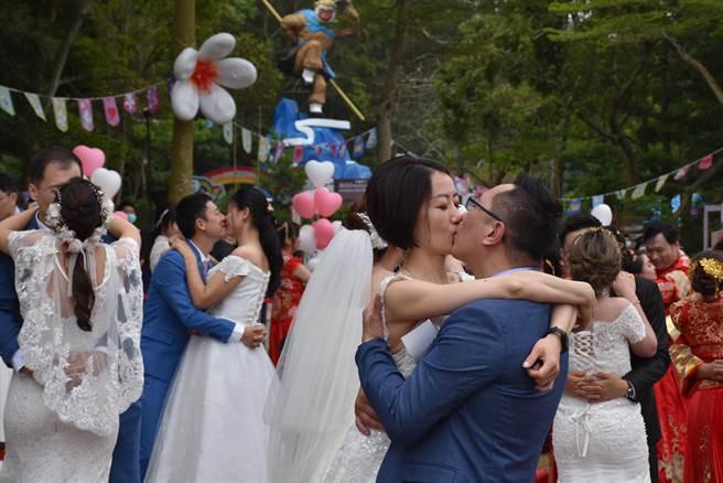 每對佳偶彼此獻上最深情的一吻。(謝明俊攝)