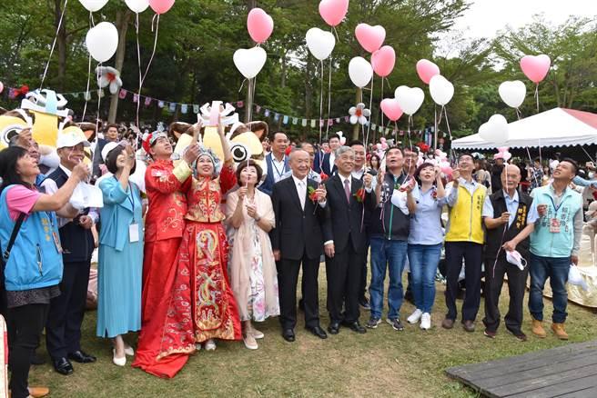 苗栗2021桐花婚禮,25日上午在三義西湖度假村舉行,有36對佳偶參加。(謝明俊攝)