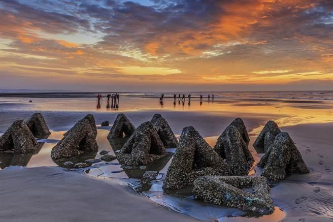 新竹市17公里海岸線「黃金海岸」祕境,橫列有如三角飯糰的防坡堤是一大特色。(羅浚濱攝)