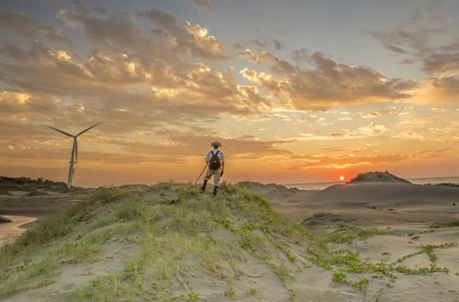 新竹市17公里海岸線「港南沙漠」,已成拍攝夕陽美景的一大祕境。(羅浚濱攝)
