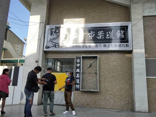 台中市柔道館的燈箱遭砸毀。(陳淑娥攝)