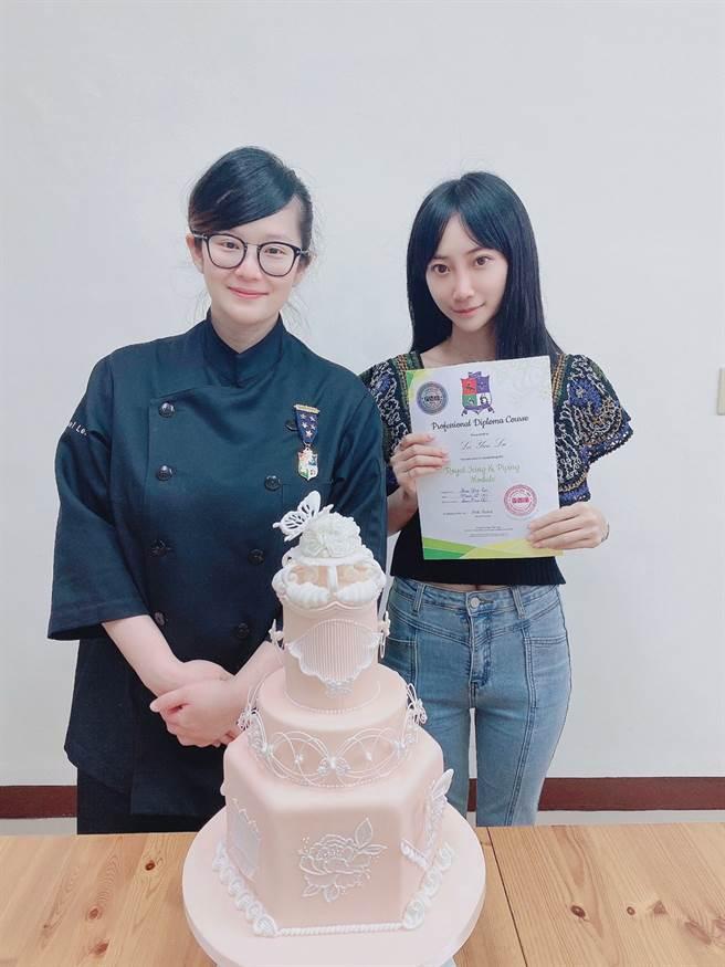 黎晏孜獲得英國PME糖霜蛋糕證書(右)、英國蛋糕大賽冠軍李冠瑩(左) 。(戴志揚翻攝)