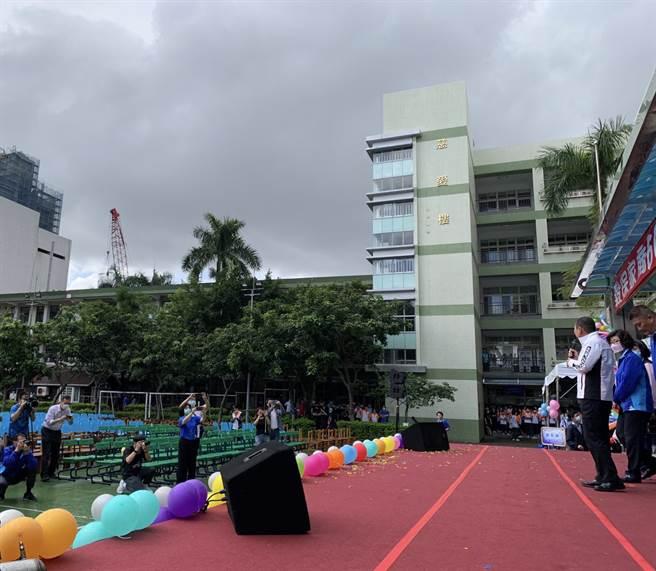 經市府要求讓學生躲雨,侯友宜在台上致詞時,台下學生座位全空。  新北市政府提供