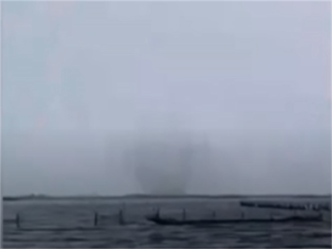 「水龍捲」現身七股潟湖近海 狂吸海水衝天際 膠筏遊客驚呼奇觀(林明德提供)
