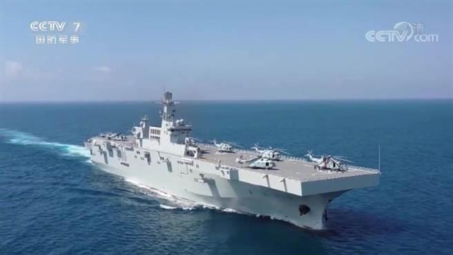 中共海軍首艘075型兩棲攻擊艦海南艦預計會部署在南海,未來也很可能部署在台灣周圍執行任務。(圖/央視截圖)
