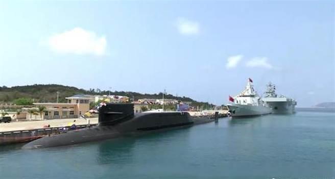 中共國家軍委主席4月23日對中共海軍三型主戰艦艇——長征18號艇、大連艦、海南艦在海南三亞軍港入列主持授旗儀式。( 圖/微博)