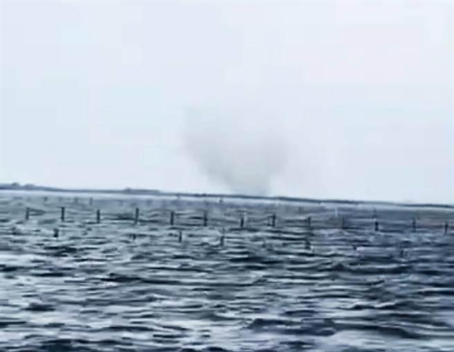 台南七股外海出現「水龍捲」奇景。(林明德提供/劉秀芬台南傳真)