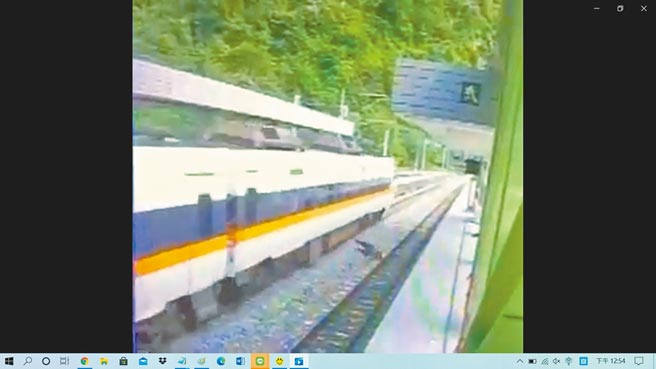 工人在橫跨台鐵武塔站軌道時,遭太魯閣號列車撞上、倒地不起。(翻攝自臉書「抱怨2公社」/胡健森宜蘭傳真)