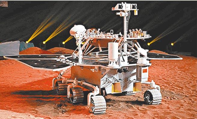 中國大陸24日宣布首輛火星車命名「祝融號」,最快於5月登陸火星。圖為火星車1:1模型。(摘自央視)