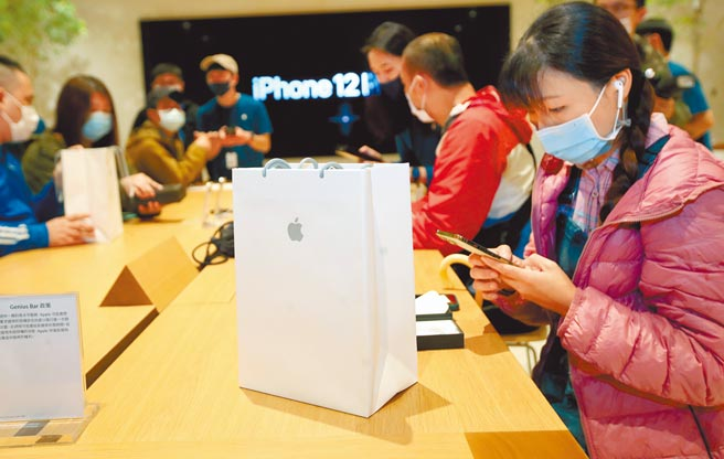 业者狂推5G高价旗舰手机,中低价机种遭冷落,造成台湾3月手机市场急冻。图为排队购买手机的民眾。(本报资料照片)