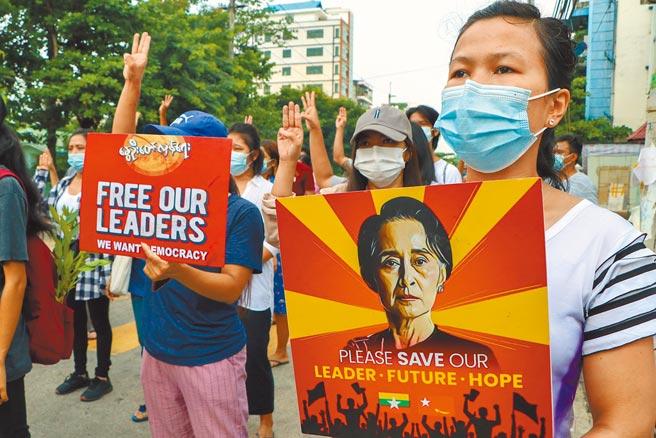 東南亞國家協會(ASEAN,東協)領導人24日下午在印尼首都雅加達舉行特別峰會,討論緬甸危機。東協24日舉行特別峰會前,支持翁山蘇姬的民眾在緬甸第一大城仰光街頭舉行示威。(美聯社)