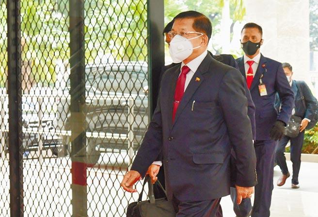 緬甸國防軍總司令敏昂萊抵達東協峰會會場。敏昂萊2月1日發動政變,推翻翁山蘇姬的文人政府。(美聯社)