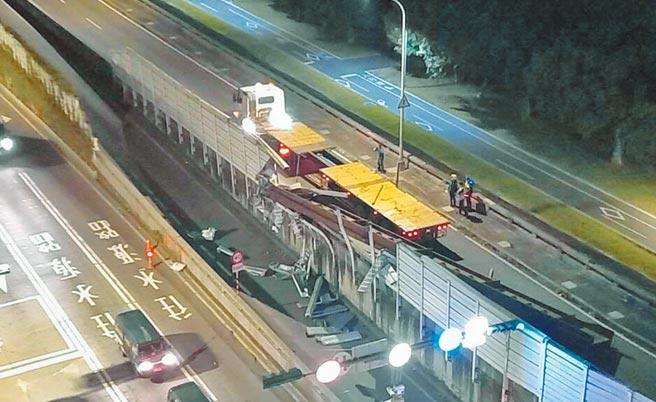 聯結車鋼梁掉落砸毀隔音牆,並造成北市水源快速道路回堵,肇事車輛竟是中正橋改建的施工廠商。(張薷翻攝)
