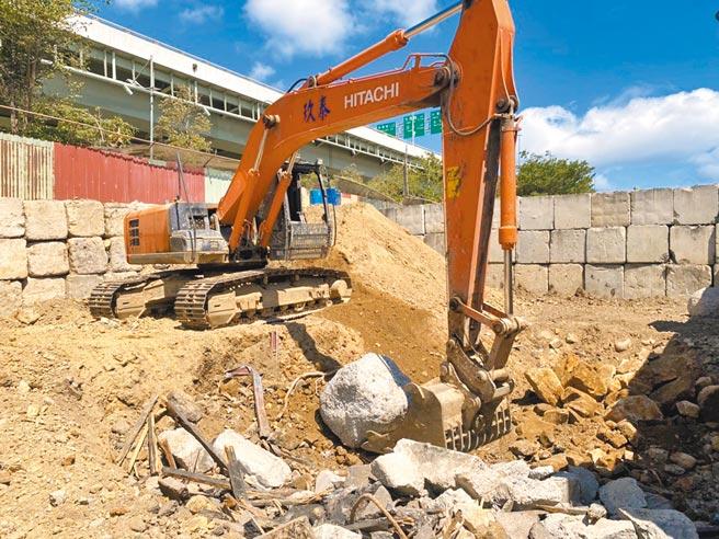 業者在北投區洲美街旁的空地,涉嫌非法以機具挖掘土方將營建廢棄物破碎填埋。(北市環保局提供/張薷台北傳真)