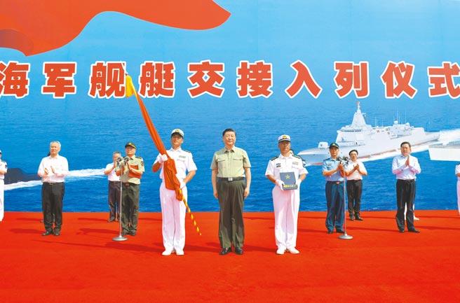 中共中央總書記、中央軍委主席習近平23日出席三型主戰艦艇交接入列儀式。(新華社)