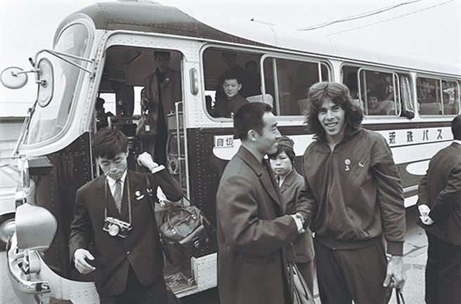 1971年4月,日本名古屋舉行的第31屆世界乒乓球錦標賽期間,中國乒乓球隊選手莊則棟(左)與搭錯車的美國乒乓球隊選手格倫·科恩(右)握手交談。(摘自人民視覺)