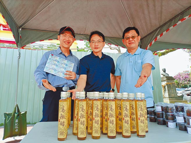 高原國小師生撿拾校園落下的橄欖,製作成橄欖醋,首批推出60瓶。(邱立雅攝)