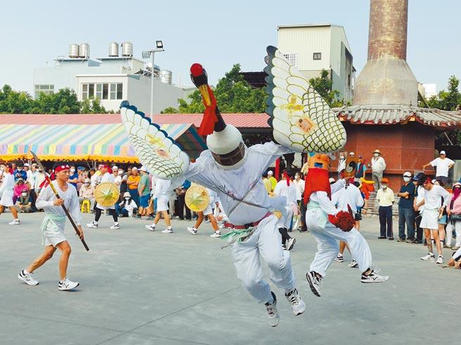 台南西港香武林大會將於5月9日登場,七股寶安宮白鶴陣24日至慶安宮開館,吸引上千人圍觀。(劉秀芬攝)