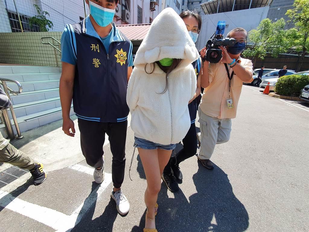 警方帶29歲林姓女子前往醫院相驗遺體。(葉書宏攝)