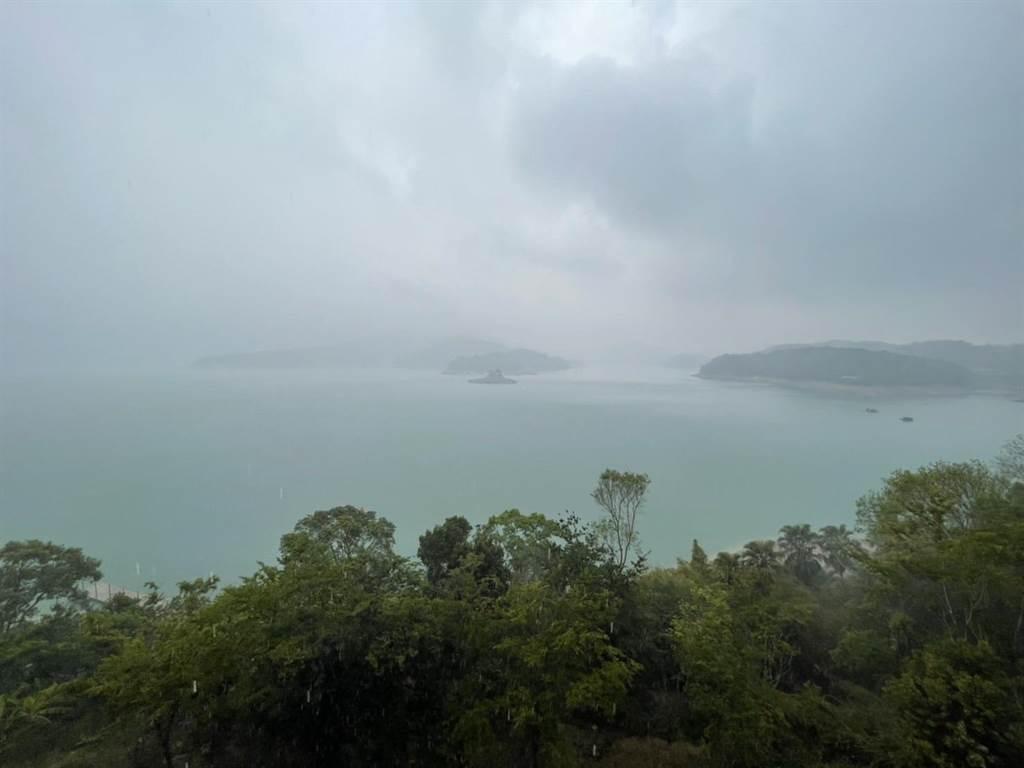 近几天受到午后热对流发展,加上华南云雨带东移,日月潭久违下起大雨。(民眾提供)
