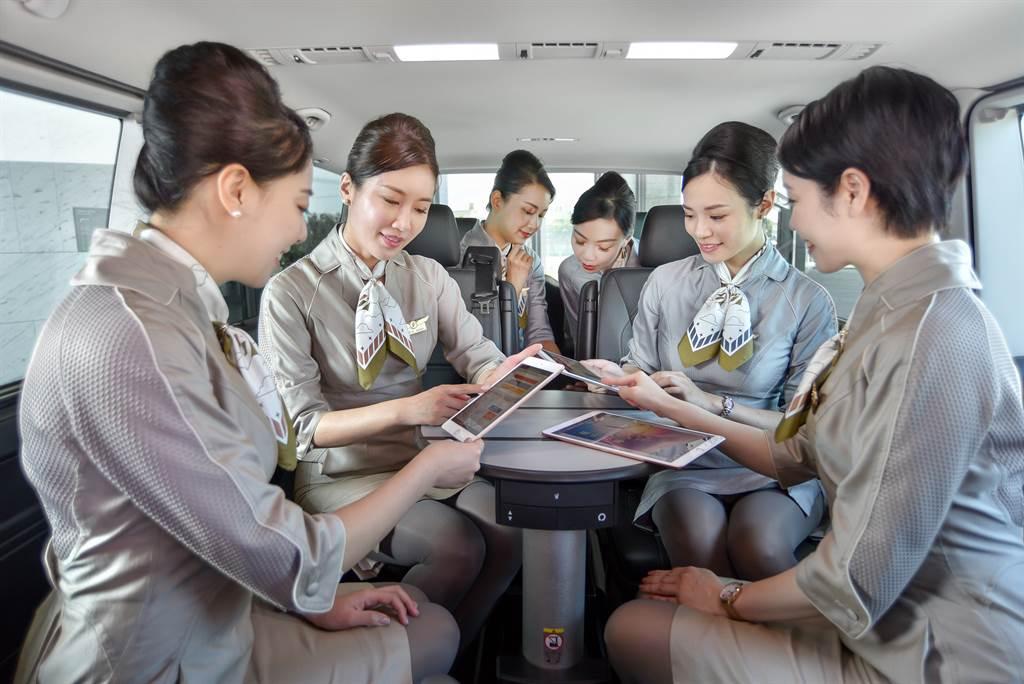 Multivan長軸版的乘客座採2-2-2三排設計,每個座位皆為獨立座椅,中央的會議圓桌讓組員可用於行前簡報使用。