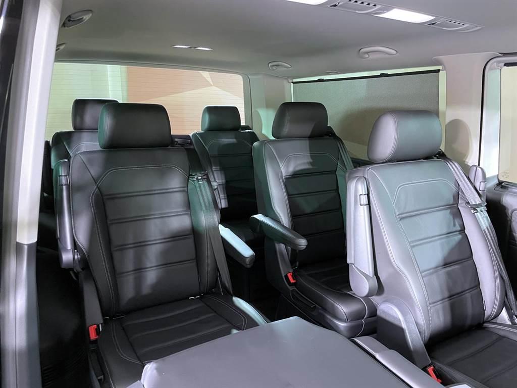 每張座椅椅背皆可完全向前摺疊,具備多元空間變化機能。