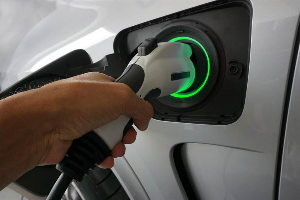 園區停車規劃電動車自動充電收費系統,各種系統皆能與智慧手機共構支付平台。(業者提供)