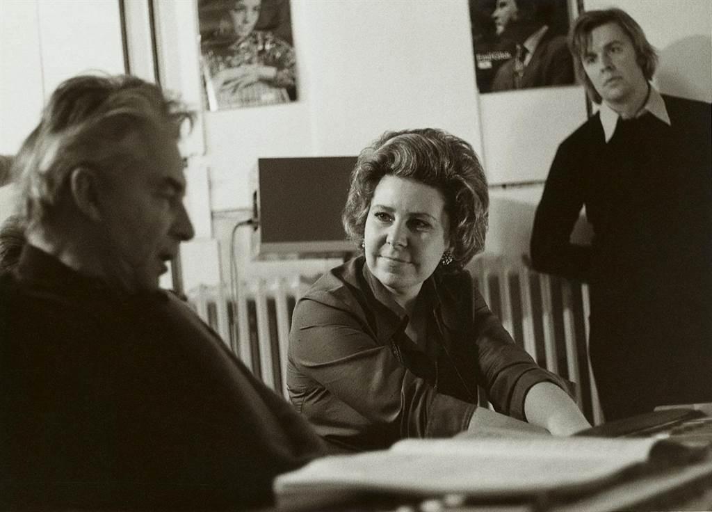 次女高音克里斯塔.露德薇希是文化藝術界具代表性的人物,受到指揮家卡拉揚(左)的肯定。(DG環球唱片提供)
